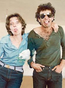 """אברהמי ואשתו סמדר ז""""ל. """"פחות משנה אחרי אמא, גם אין אבא"""" צילום: מתוך הסרט """"השחקנים נגד הקהל"""""""